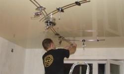 Устанавливаем светильники в натяжном потолке
