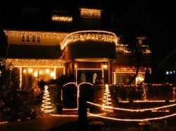 Новогоднее оформление фасада дома
