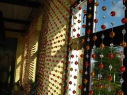 Оригинальный интерьер: шторы из бусин