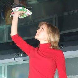 Как правильно очистить натяжной потолок