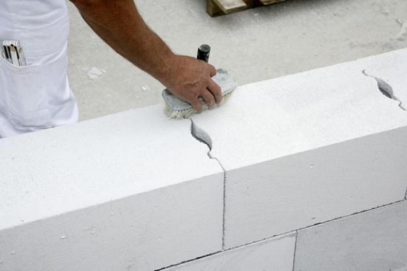 газобетон легко укладывать, слой клея всего 2-3 мм