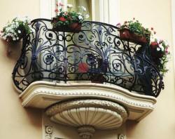 Кованые изделия – важный декоративный и функциональный элемент загородного дома