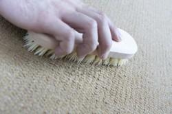 Как самостоятельно почистить напольный ковер