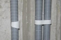 Способы крепления труб к стене