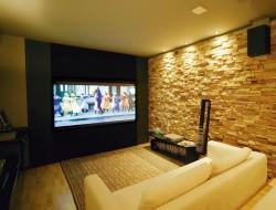 Что лучше выбрать: проектор или большой телевизор?
