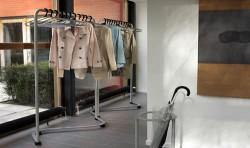 Особенности использования напольных вешалок в интерьере