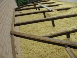 Сущность и преимущества задувной ваты в качестве материала для утепления крыш