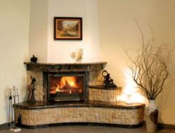 Особенности и преимущества каминов из мрамора