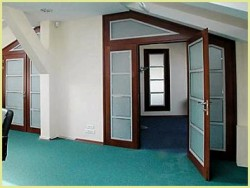 Как устанавить распашные двери