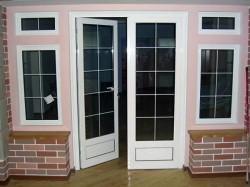 Отличительные особенности ПВХ дверей