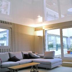 Установка натяжных потолков в комнате с обоями