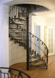 Особенности винтовых лестниц с коваными ограждениями