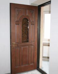 Металлическая дверь с отделкой из массива дуба