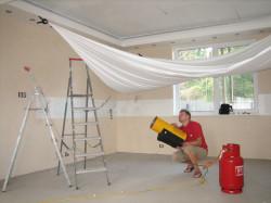 Как монтировать натяжной потолок?