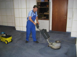 Очищение коврового покрытия в офисе