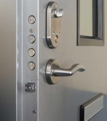 Основные достоинства железных дверей
