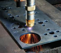Сегодня резка металла получает все большую популярность. На каждом современном производстве, которое занимается изготовлением металлоконструкций или машиностроением, имеется необходимость в раскрое и фигурной резке листов металла. На сегодняшний день при желании легко можно приобрести все для резки металла http://rezka.dukon.ru/ и производить высококачественную продукцию. Раскрой металла листовой Всякий производитель, работающий с металлом листовым, встречается с таким вопросом, как, способы и оборудование для раскройки листового металла. На сегодняшний день применяют такие способы раскроя металла листового как: - резка гидроабразивная; - резка металла лазерная; - воздушно-плазменная резка; - раскрой механический. Плазменная резка Технология плазменной резки - это экономичный эффективный метод. В основе его лежит обрабатывание материалов при помощи плазмы, а не при помощи резака. Важнейшими компонентами этой установки являются сопло и электрод. Сегодня такой способ резки считается самым высокотехнологичным и современным. Применяя неактивные и активные газы, получается плазменная струю. Этот способ дает возможность провести обрабатывание наивысшего качества, не повышая энергопотребления. Газовая резка Это традиционная технология обрабатывания металлов, зарекомендовавшая себя в большинстве промышленных отраслей. Металлы обрабатываются смесью горючих газов и кислорода. Происходит процесс в результате теплового и химического воздействия и основывается на особенной характеристике металлов и сплавов. Они нагреваются по линии разреза до температуры горения и, в кислородной чистой струе сжижаются, и одновременно с этим струя удаляет оставшиеся продукты сгорания. Машины портативные термической резки Портативные или мобильные агрегаты термической резки предназначаются для полуавтоматического и автоматического раскроя металла листового в условиях завода и монтажа на: - строительных площадках; - судостроительных предприятиях; - на заводах изготавливающих различные металлоконстр