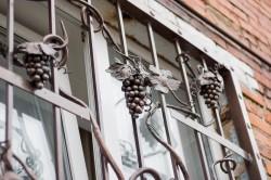 Особенности крепежа решеток к стенам или окнам