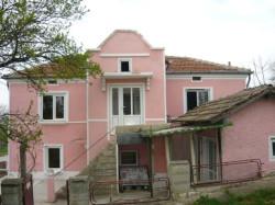 Как известно, земельный участок в Болгарии имеет право приобрести только юридическое лицо. Что же касается недвижимости, то чаще всего реализуется жилье на первичном рынке, то есть квартиры в новостройках. Кроме того, недвижимость в Варне Болгария выделяет в особую категорию. Здесь довольно много предложений покупки квартиры на этапе строительства, то есть инвестировать строящиеся объекты. В этом случае договор купли-продажи, как правило, заключается с застройщиком. Когда будет достигнута предварительная договоренность о покупке, иностранный покупатель оговаривает дату приезда и оформления сделки.  Предварительный договор с застройщиком После того, как вы определитесь с объектом недвижимости, необходимо выплатить предварительный взнос, размер которого составляет 10% от общей стоимости объекта. Обычно это около 1000 евро. После этого составляется предварительный договор, где необходимо указать: - вид недвижимости; - цену; - сроки сдачи объекта; - условия оплаты; - ответственность сторон. Для покупателя основной обязанностью считается выполнение пункта договора о сроках оплаты. Для застройщика в свою очередь, необходимо сдать в эксплуатацию объект в оговоренные сроки, а также обеспечить качество выполняемых работ.   Основные пункты предварительного договора Договор считается действительным, если в нем содержатся следующие пункты: - название сторон; - контакты сторон; - описание объекта покупки в подробностях; - стоимость объекта, сроки оплаты и промежуточные взносы; - дата, когда будет выдан акт 16, то есть разрешение пользования объектом; - штрафные санкции, применяемые к застройщику в случае задержки сроков сдачи объекта; - описание объекта недвижимости на момент передачи ее покупателю; - штрафные санкции к сторонам, если какая-то из них не выполнит условия договора, то есть не будет покупать или продавать объект; - сроки возвращения денег, выплаченных в качестве предварительного взноса. Специалисты советуют составлять договор на двух языках – болгарском и русском, 