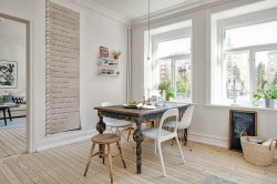 Если вам нравятся просторные светлые помещения, обставленные мебелью из естественных материалов, скромность и простота дизайна, то, определенно вам, по душе придется именно норвежский интерьер квартиры или дома. Разумеется, своим появлением такой стиль обязан Норвегии, Швеции, Дании, Финляндии, то есть Скандинавским странам. Даже сегодня без особого труда можно отследить в национальном искусстве и архитектуре этих стран имеющиеся отличительные особенности, сохранившиеся за счет отдаления от Римской империи. За счет этого окруженная частыми лесами Норвегия, в строительстве зачастую использовала такой материал, как древесина. Декорирующими элементами служили в основном языческие многочисленные образы, они же украшали храмы и одежду. К сожалению, в середине нашего столетия скандинавские архитекторы стали использовать стили, пришедшие из Европы – барокко, классицизм, но тем ни менее, отличительные основные черты сохранить удалось. В настоящее время в интерьере квартиры в норвежском стиле совмещаются довольно удачно экологические материалы и новейшие технологи. Необходимо заметить, что этот дизайн подходит и для оформления дома за городом, и для создания дизайна квартиры.  Начинать необходимо с организации пространства. Лучше будет, если помещение: •просторное; •правильной формы; •имеется в нем, только необходимая мебели. Если делается кухня, то там находиться должны только лишь компоненты кухни, то есть функциональность каждой комнаты строго должна быть распределена. Для тонового оформления подойдут больше всего холодные и бледноватые тона, такие например, как:  •светло желтый; •тускло-голубой; •белый; •слоновая кость и подобные им оттенки. Для того чтобы разбавить немного бледность и холодность этих цветов дизайнеры используют яркие или фактурные краски, в частности желтые. Чтобы в помещении было уютно и тепло в нем непременно присутствовать должны фрагменты из дерева. Текстиль норвежского интерьера дома должен обязательно быть контрастным. В достижении такого эффекта 