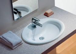 В настоящее время среди сантехники для ванной комнаты популярность набирают врезные раковины. Они имеют особую конструкцию, благодаря которой пространство не загромождается и выглядит стильно.  Врезные раковины для ванной комнаты называются так, потому что они встраиваются в тумбы или столешницы, утопая полностью или оставляя на поверхности только бортики.  Характеристики Итак, чем же отличаются врезные раковины?  Во-первых, дизайн. Они имеют необычный внешний вид, который превращает их в достойное украшение ванной комнаты. Вы можете подобрать такую раковину, которая идеально впишется в интерьер. Во-вторых, цена. Если вы ориентируетесь, в первую очередь, на стоимость раковины, здесь вы будете приятно удивлены. Врезная раковина будет стоить намного дешевле аналогичного накладного изделия при одинаковых габаритах. В-третьих, простота монтажа. Устанавливать такую раковину просто и быстро. Благодаря специально предусмотренным кронштейнам раковина держится прочно и надежно, она зафиксирована в отверстии столешницы.  Наконец, эргономичность. Врезная раковина очень удобна в процессе эксплуатации. Кроме того, она занимает немного места, что оставляет вам больше свободного пространства для жизни.  Виды Врезные раковины могут отличаться в зависимости от формы или материала, из которого они изготовлены.  Так, форма раковин врезного типа может быть круглой, овальной, квадратной и так далее. При этом дизайнеры зачастую не ограничиваются геометрическими формами и создают замысловатые конструкции, которые становятся эффектной деталью любой ванной комнаты. Конечно, по статистике, чаще всего используются овальные раковины, но, к примеру, для стиля хай-тек больше подойдет раковина в форме прямоугольника или квадрата, а вот для классического стиля или для стиля модерн можно использовать разнообразные плавные формы, не имеющие определенности и однозначности.  Что же касается материала, врезные раковины чаще всего изготавливаются из привычного для всех санфаянса. На втором месте по попу